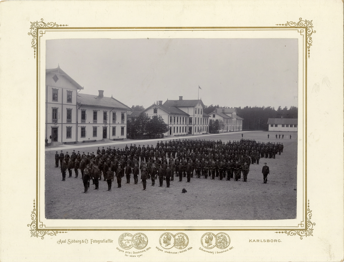Volontärerna uppställda på gården, Karlsborg.