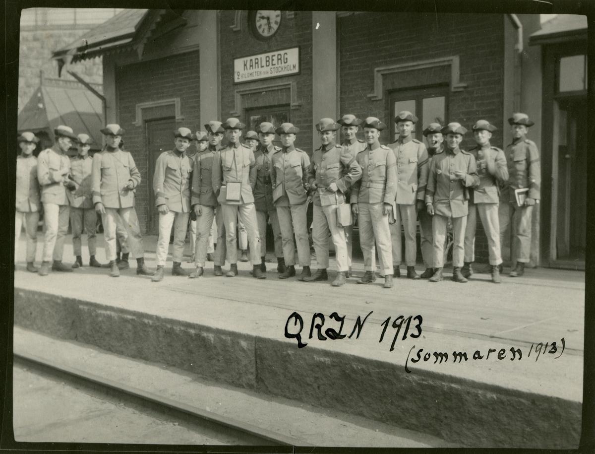 Kadetter ur 2:a pluton studentkompaniet samlade på Karlbergs station sommaren 1913