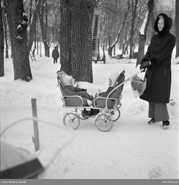 park, gangvei, kvinne, barnevogn, tvillingvogn, snø
