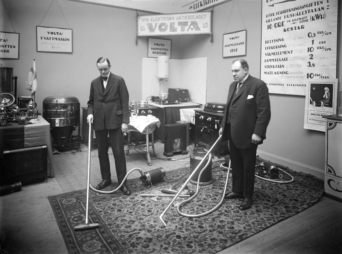 Nya Elektriska AB demonstrerar förträffligheten med dammsugaren Volta. 1920-tal.