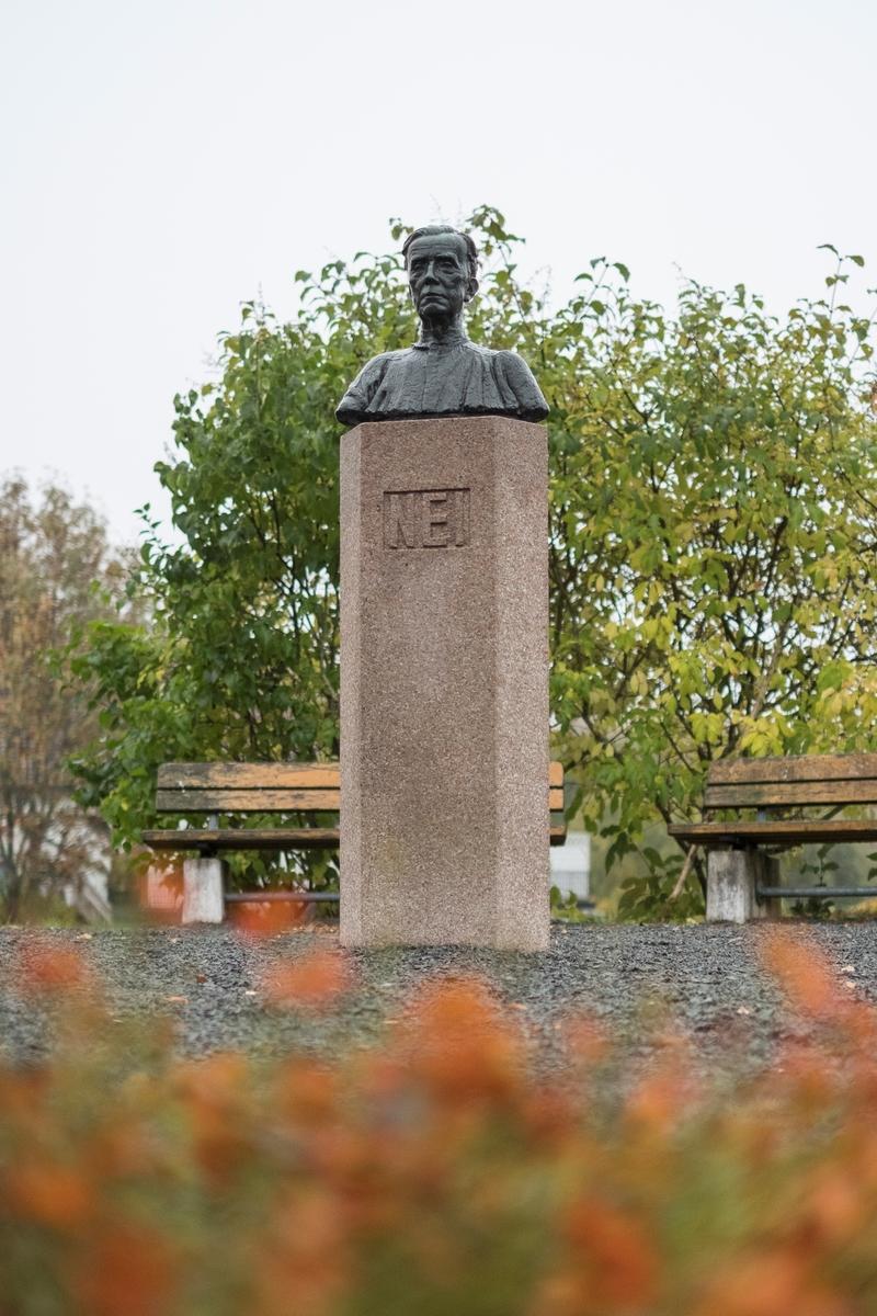 Nei-støtten ved Ila landsfengsel/Grini museum. Minnesmerke over Lauritz Sand som satt på Grini fra 1941 til frigjøringen i 1945