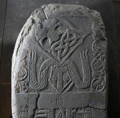 Detalj fra den bredeste delen av biskop Hermans gravstein.