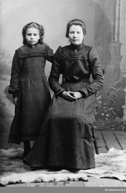 Portrett av en kvinne og en pike. Muligens mor og datter. Trolig fra Sunndal kommune. Fra Sunndal museumslags fotosamlinger.