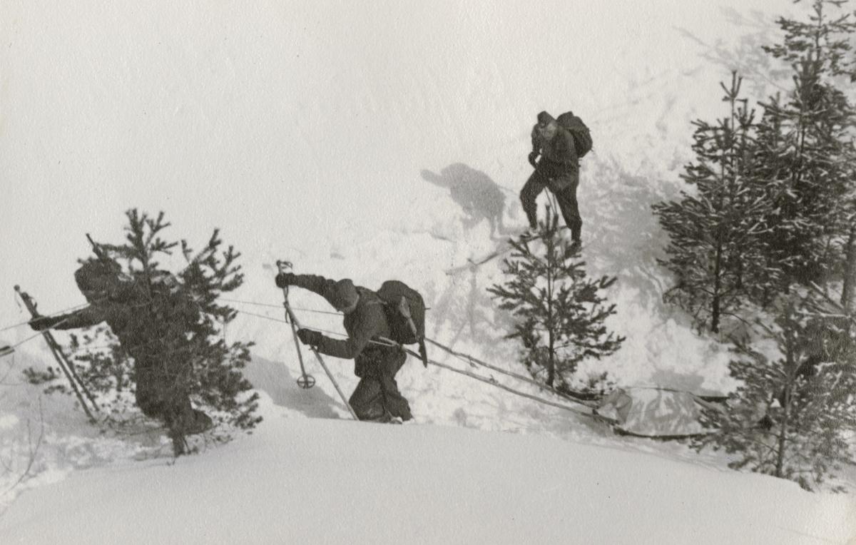 Soldater från Södermanlands regemente I 10 på vintermarsch.