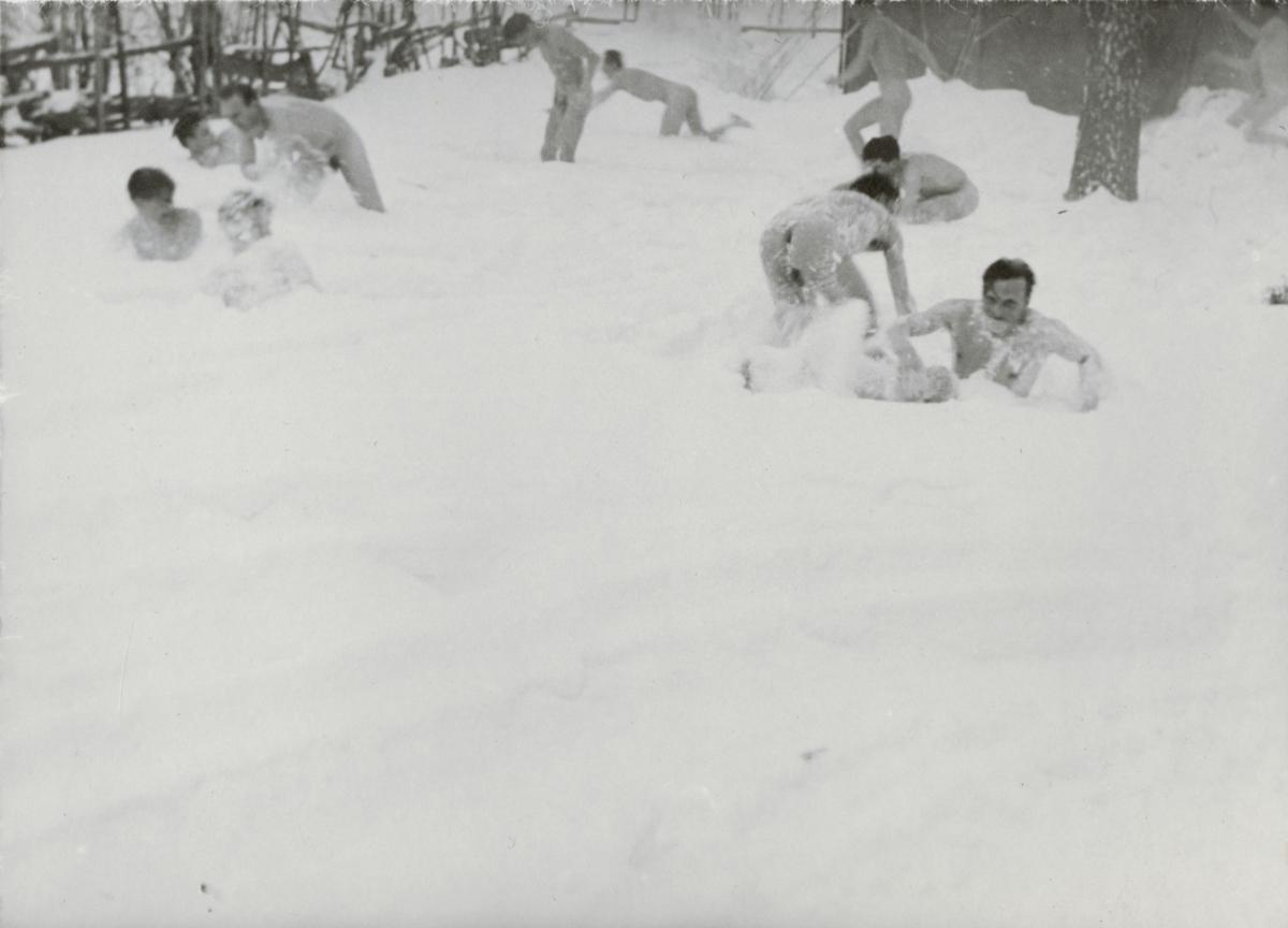 Soldater från Södermanlands regemente I 10 svalkar i snön efter bastubadet.