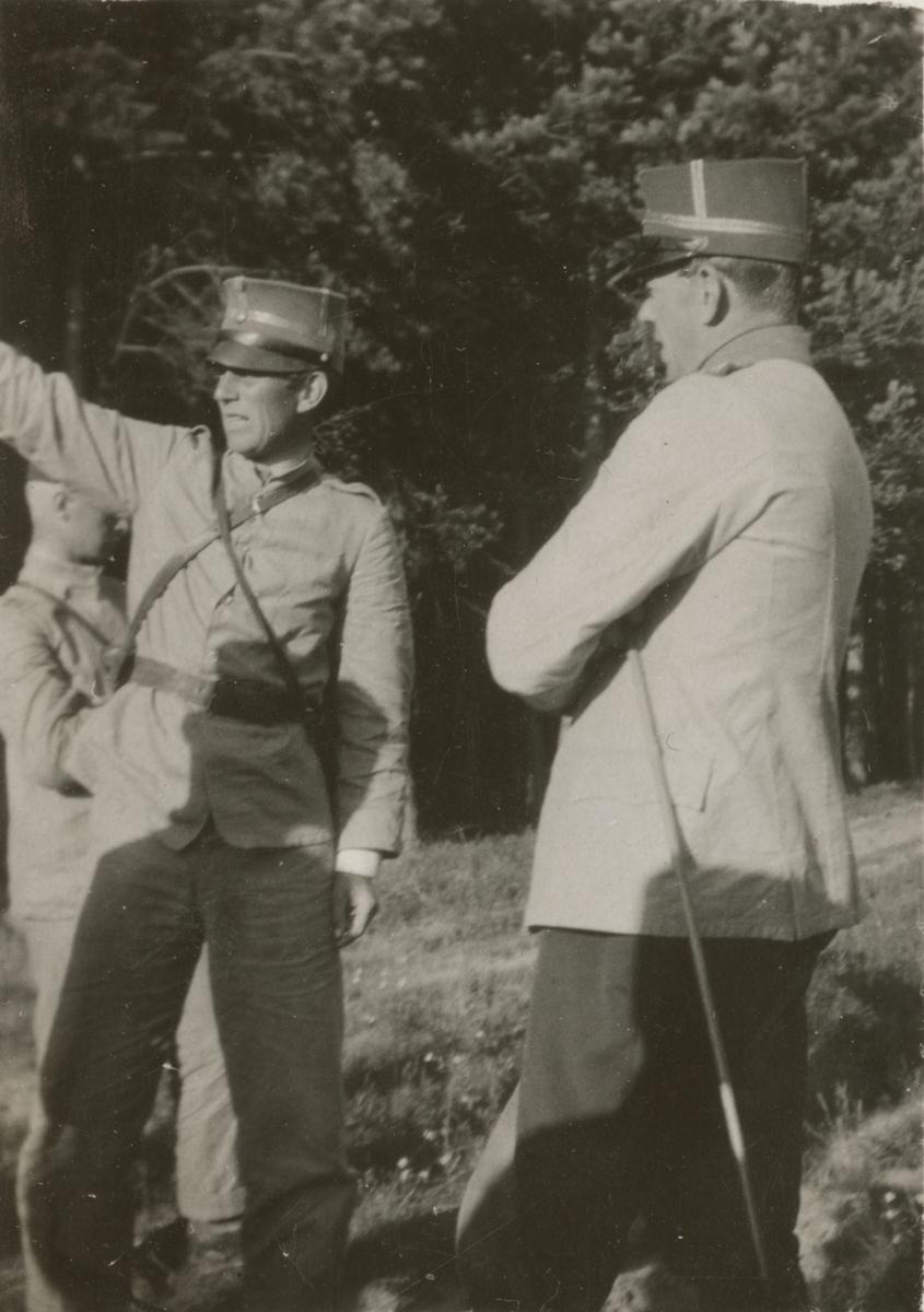 Officerare på övningsfält.