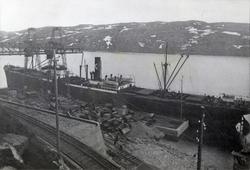 D/S 'Stiklestad' (b.1912) under lasting ved malmkaia i Kirke