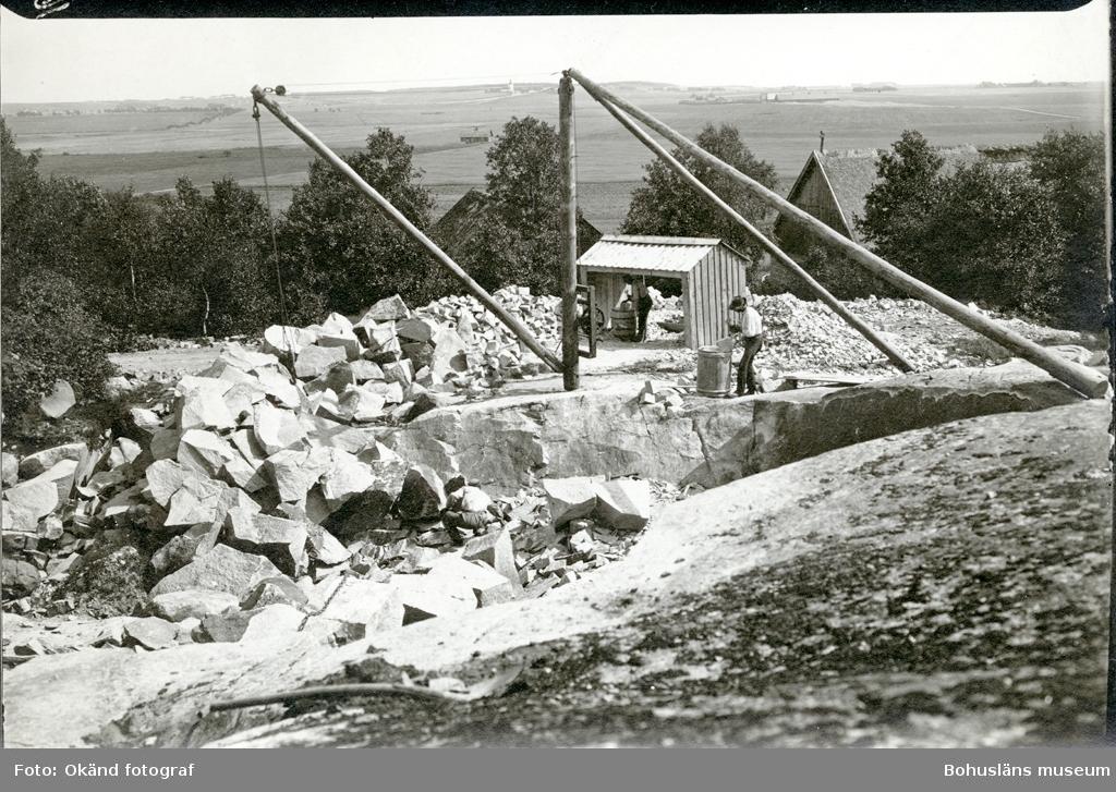 Stenhuggare i arbete i högt beläget stenbrott med utsikt över omgivningarna