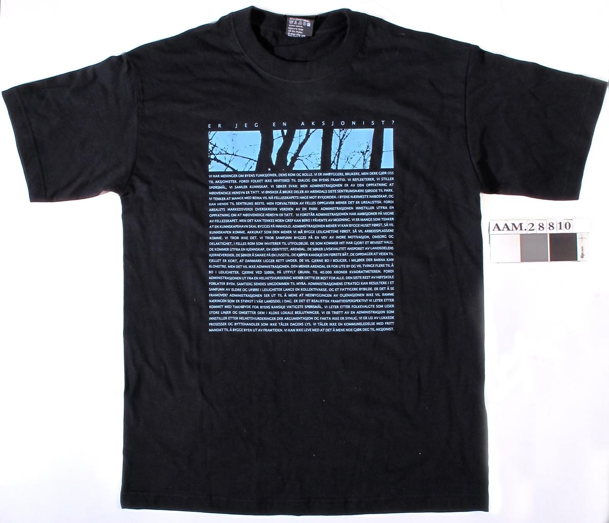 Sort T-skjorte med påtrykt felt med tekst og antydning til trestammer. Tekstens innleding:  Er jeg en aksjonist? ...