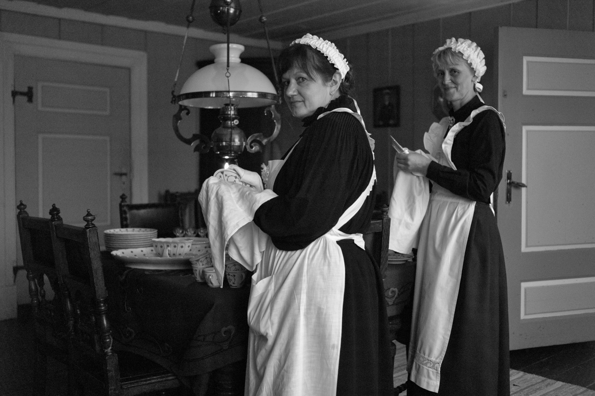 Stuggujentene Irene Asbjørnsen og Ingeborg Grønberg under Jul i stuene på Odalstunet.