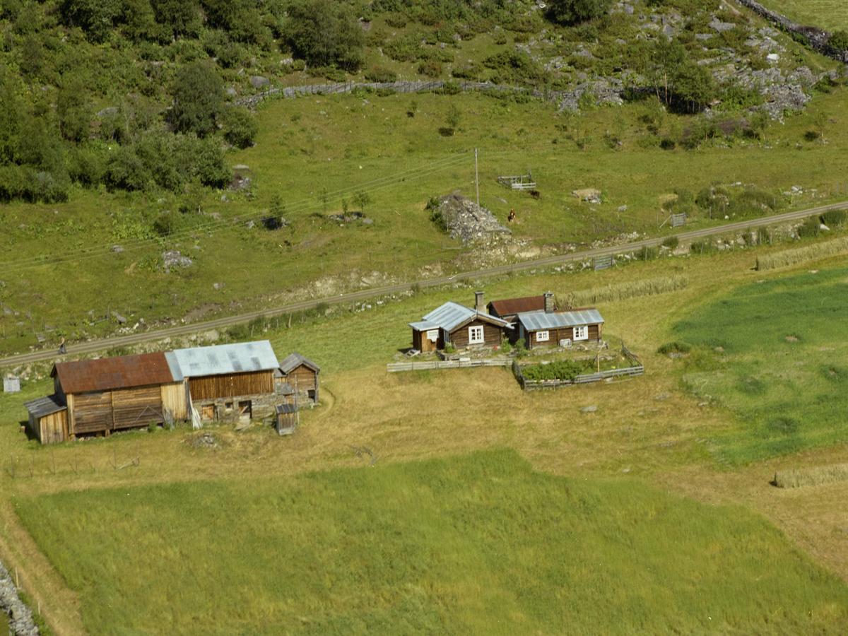 Sør-Fron, Hundorp, Nordre Øverbygda. Antageligvis Nørsbu ved siden av Holdbrekken. To brune, lave våningshus i tømmer med blikktak og hvite vindusrammer