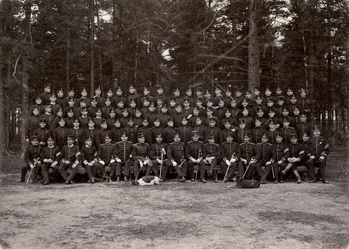 Grupporträtt av officerare och soldater vid volontärskolan, Karlsborg 1890-tal.