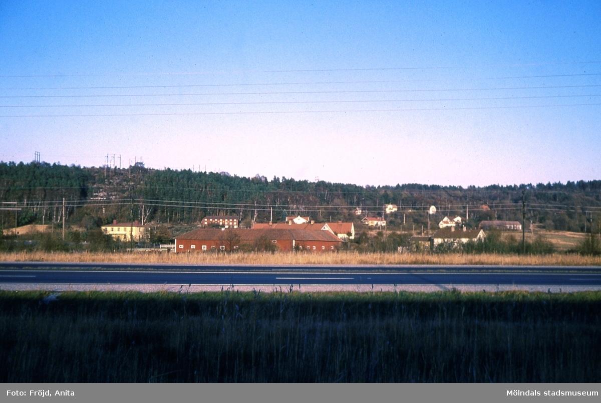 Vy över Rävekärr, Mölndal, med gården Kärrabro i förgrunden.