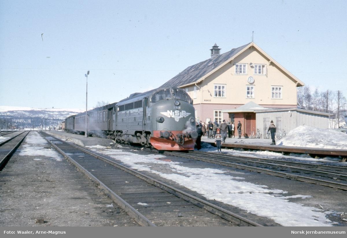 Diesellokomotiv Di 3 612 med sørgående dagtog 302 på Røros stasjon