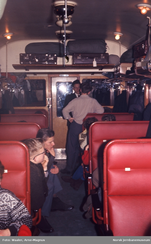 Interiør fra personvogn litra B1, tur fra Oslo til Lillehammer