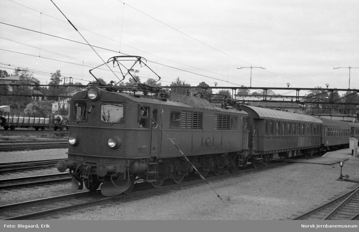 Svensk elektrisk lokomotiv litra F nr. 695 foran utenlandstog på Ski stasjon