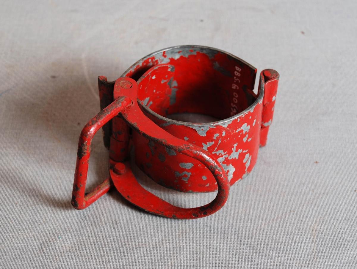Leddet slangeklemme med lås formet som en u-formet bøyle.
