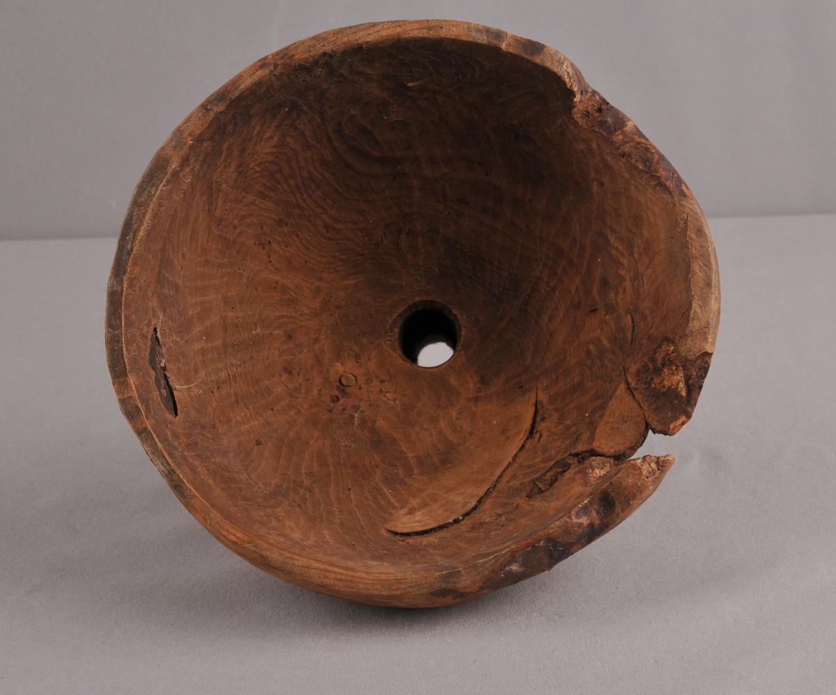 Trakt som er uthola av eit emne, og i butnen er det bora eit hol til trakt.