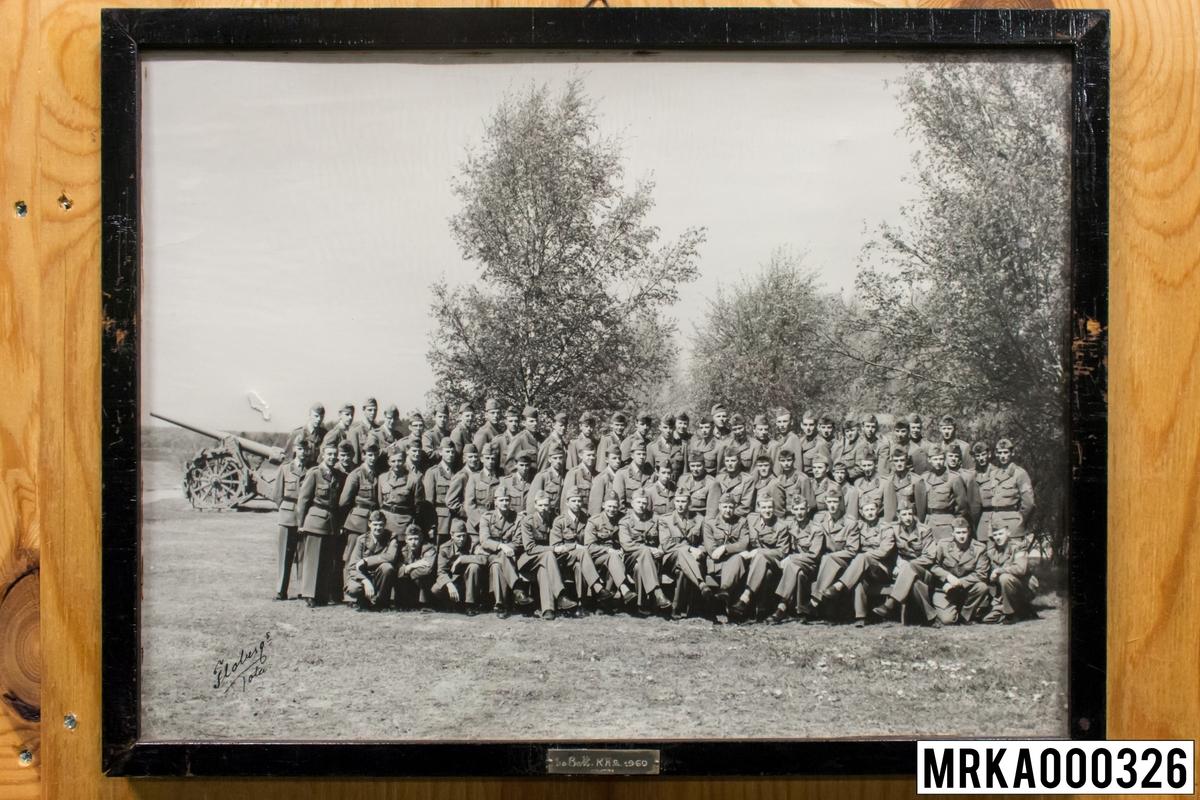 Fotografi taget på befäl och soldater som genomfört grundläggande soldatutbildning på 1:a Batteriet KA 2. Fotografiet taget på Rosenholm KA 2. Flobergs Foto 1960.