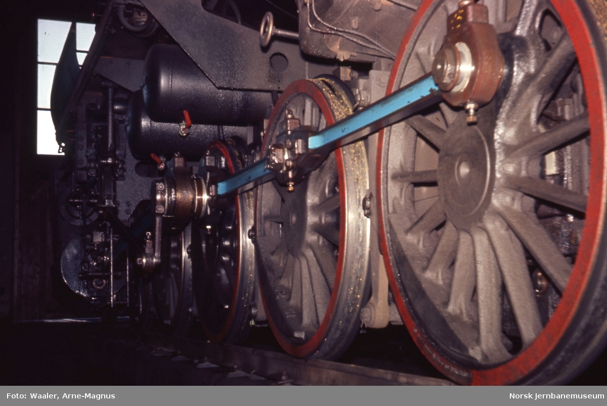 Damplokomotiv type 63a nr. 5606 i lokomotivstallen på Røros stasjon, drivhjulene