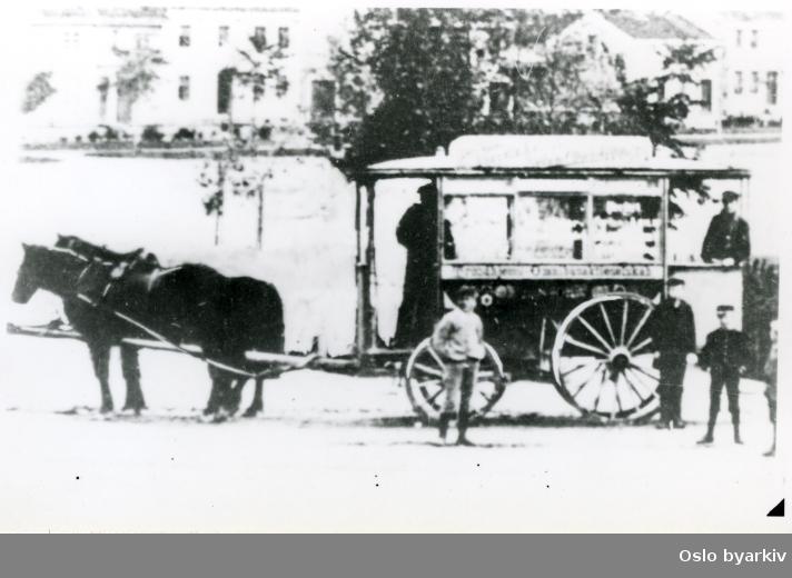 Hesteomnibuss fra Trondheim omkring århundreskiftet. Elektrisk sporvogn kom i 1901.