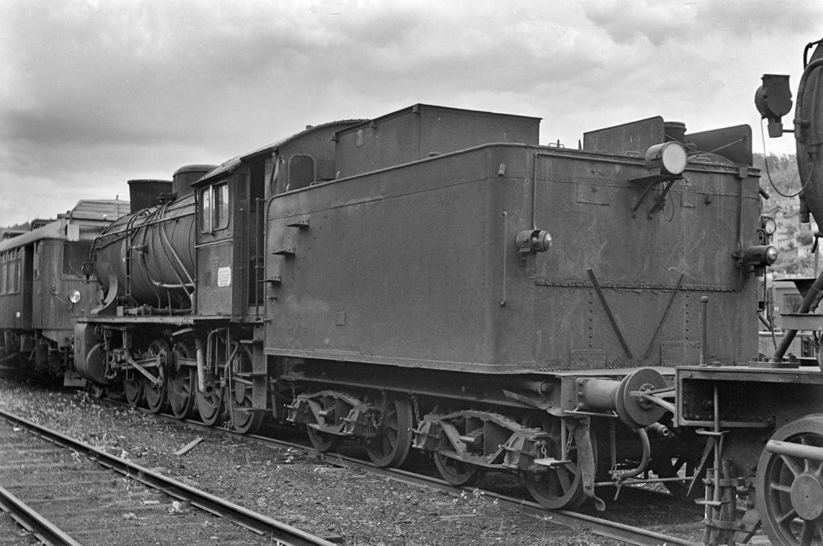 Damplokomotiv type 39a nr. 169, hensatt i Lodalen. i Oslo.  I bakgrunnen en motorvogn type Bmdo 83b.