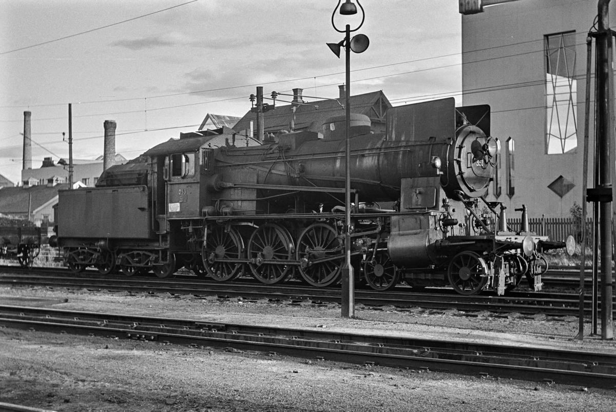 Damplokomotiv type 30b nr. 353 ved lokomotivstallen på Hamar.
