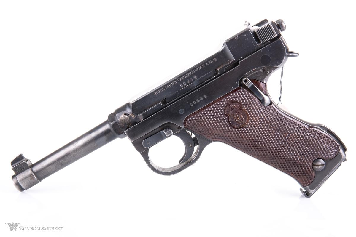 Pistol som designmessig ligner på en P08 Luger. Rekyldrevet, enkeltskuddspistol med låst sluttstykke og integrert hane.