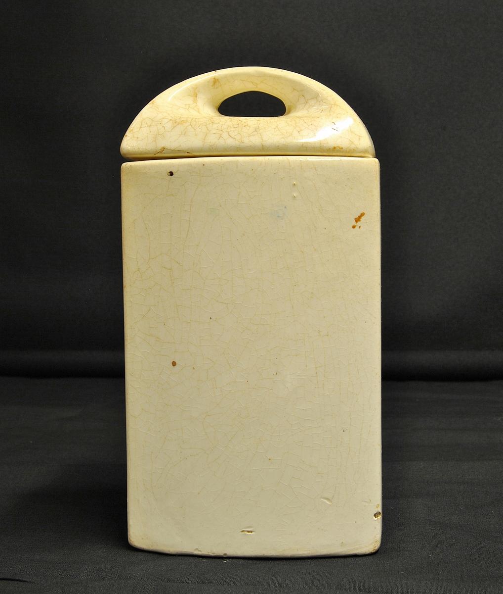 Rektangulær krukke med lok av keramikk.