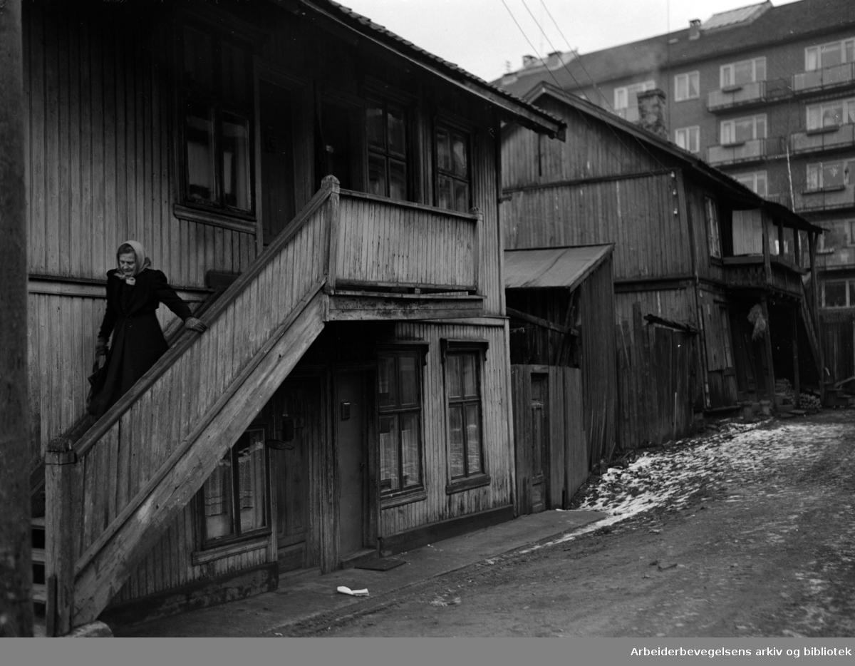 Totengata 13 og 15, gammel gård. Hedmarksgata i bakgrunnen. Juni 1952