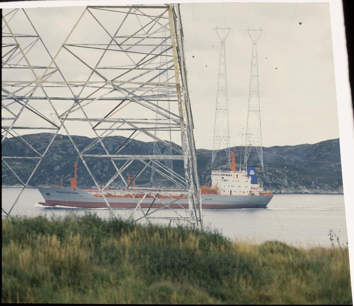 "Tankskipet ""M/T Monstadfjord"" passerer utenfor en strømmast til Alnor Aluminium på Karmøy."