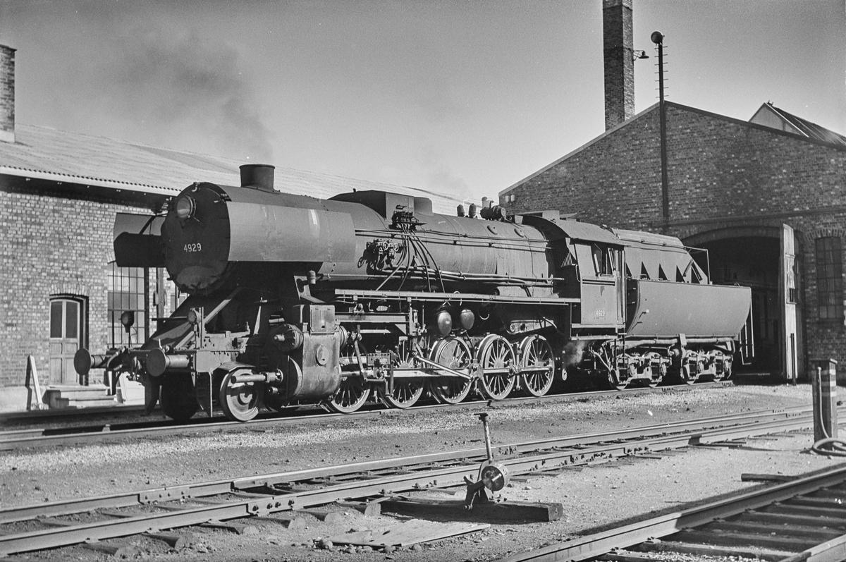 Damplokomotiv type 63anr. 4929 ved lokomotivstallen på Støren stasjon.