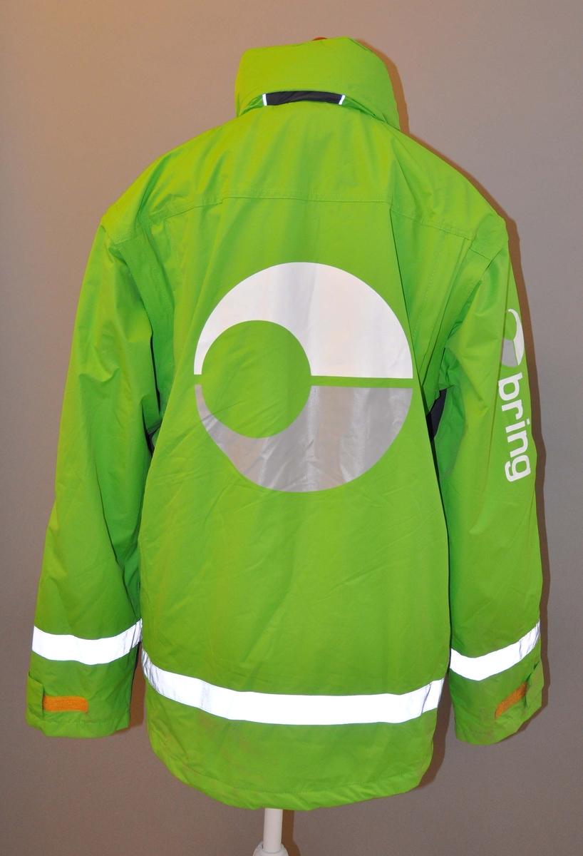 Uniformsjakke, vinter. Med hette.  Med avtagbart nettingfor. 2 innerlommer. 4 utvendige lommer + 2 sidelommer med glidlås. Refleksbånd i nedre kant på ermer og jakke.  Størrelse: XXXL Levert av INDIFORM. Produsert i Kina