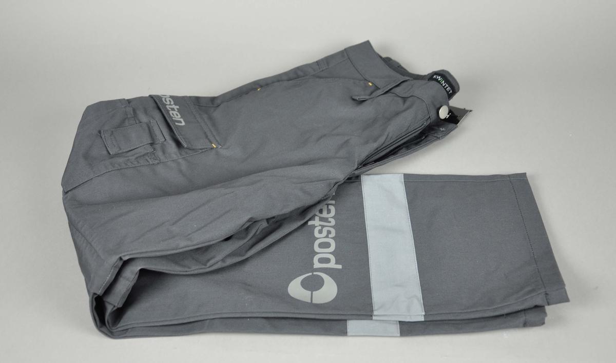 Sommeruniformsbukse av typen Zip-off. 2 fremre og 2 bakre lommer. Størrelse 36 (dame). Refleksbånd nederst på buksa.