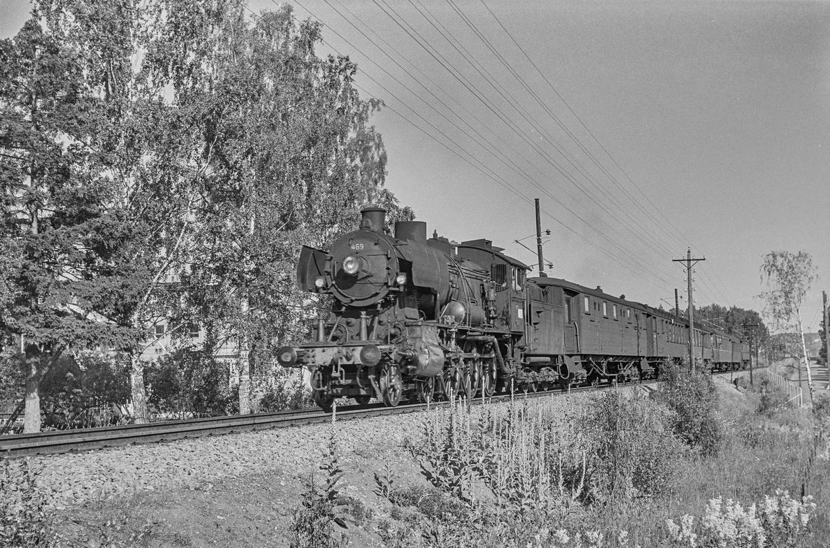 Persontog fra Oslo Ø til Otta, tog 307, nord for Hamar stasjon. Toget trekkes av damplokomotiv type 30c nr. 469.