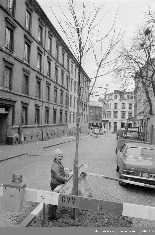 Ruseløkkveien. Et tidligere skomakerverksted blir lekesenter. November 1974