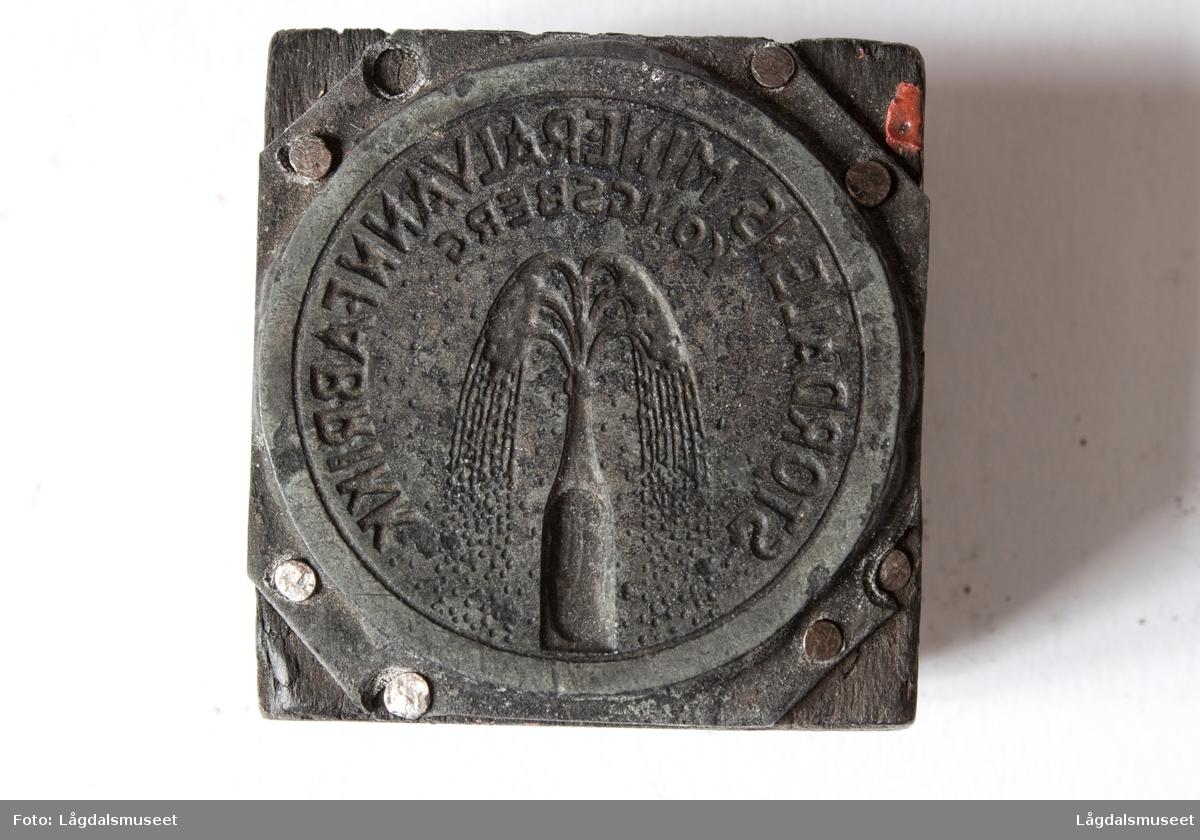 """Logoen til """"Kongsberg Stordalens Mineralvann""""."""