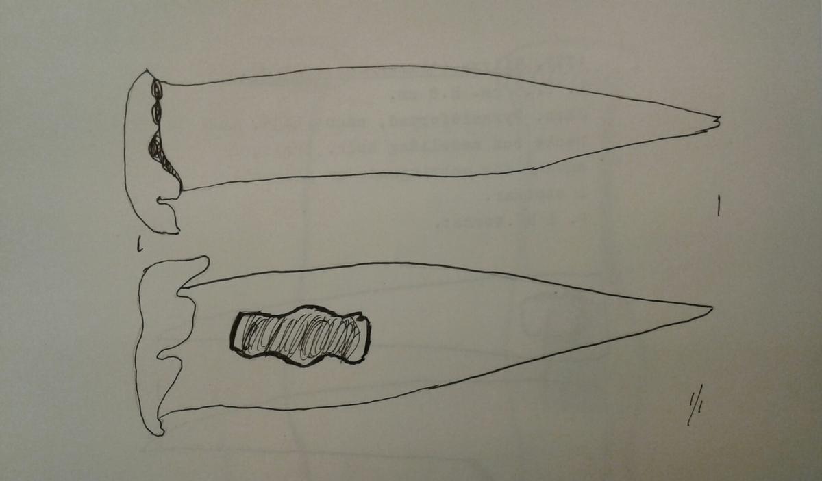 Pikhammare för stenarbete. Hammaren är av järn och har ett rektangulärt tvärsnitt med avrundade hörn. Ena änden är spetsig och den andra har ett starkt uthamrat huvud. Rektangulärt skafthål som är konturerat på ena sidan. Rest av kvarsittande träskaft (ek) i skafthålet.