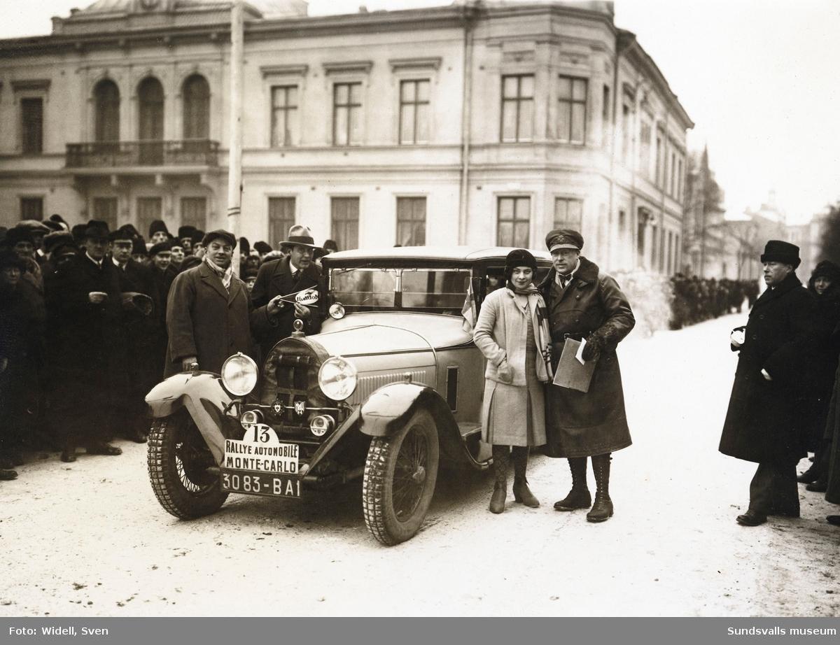 Monte Carlo-rallyt med start från Nytorget en januaridag 1930. Källarmästare Oscar Knaust med tävlingens yngsta deltagare, 18 åriga mademoiselle Renée Fréderich, med sin Bugatti.