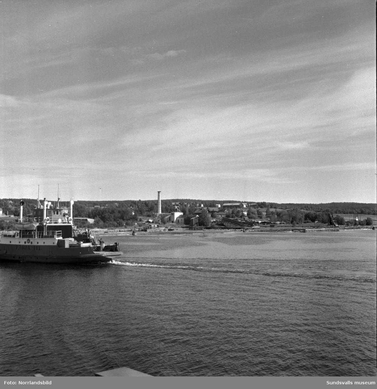 Färjorna mellan Fillan och Alnö går fullpackade i skytteltrafik i semestertider.