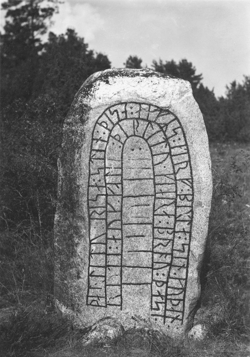 """Runsten (RAÄ81:2) invid torpet Vadet på Lilla Grebys ägor i Askeby socken. Enligt runologen Erik Brate lyder inskriptionen som följer; """"… och Ger… lät göra denna bro … … lät resa denna sten efter Skär/Skarv, sin gode frände."""""""