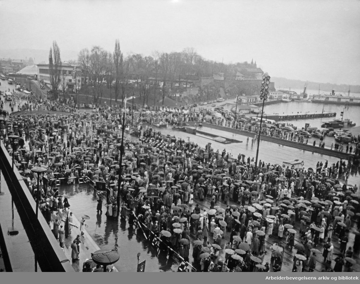 1. mai 1953 på rådhusplassen, Oslo.