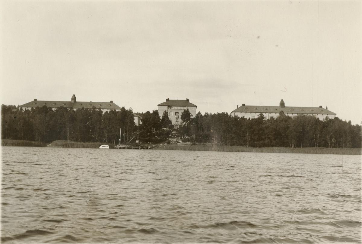 Vy från vattnet över kasernområdet vid Södermanlands regemente I 10.