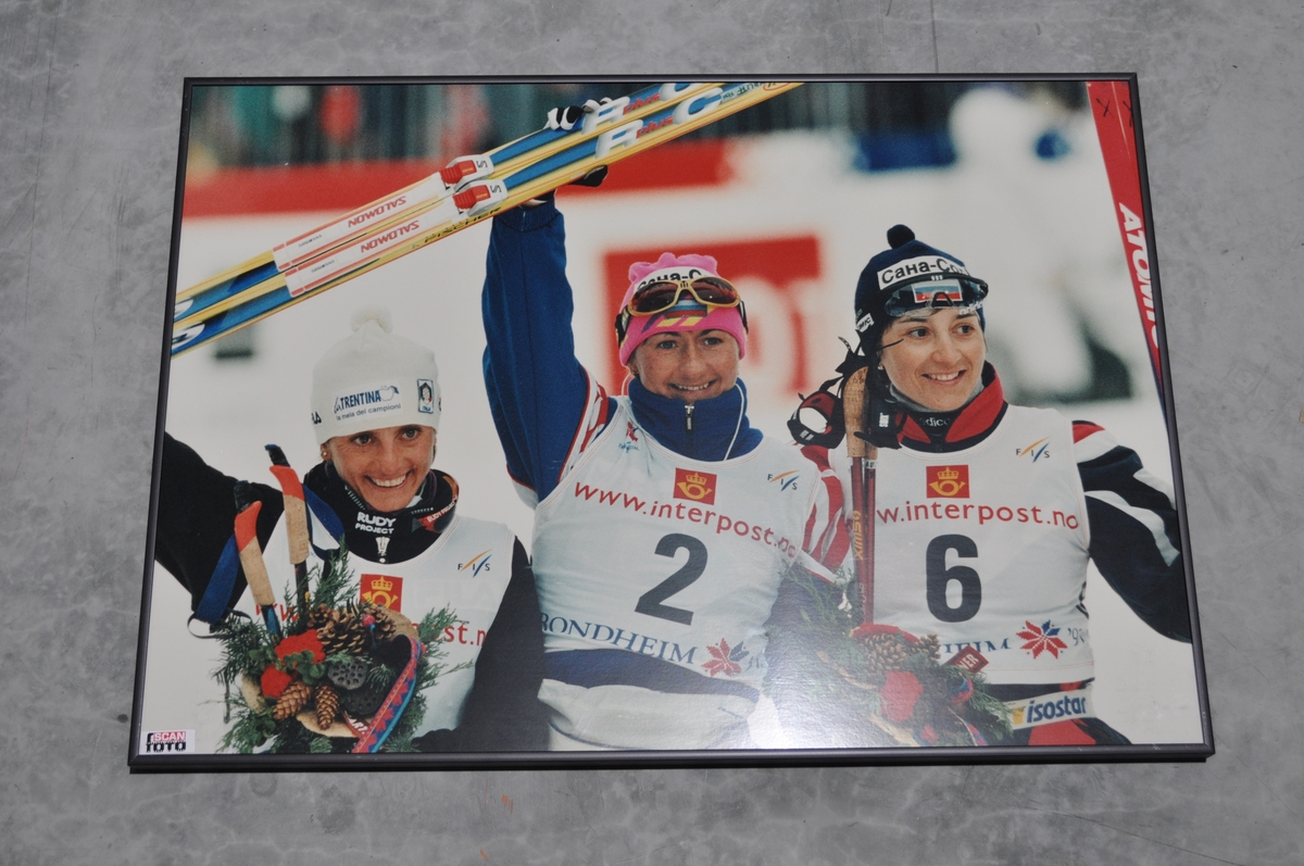Innrammet bilde av 3 kvinnelige medaljevinnere i langrenn under OL 94, med bl.a. Elenea Velbe.
