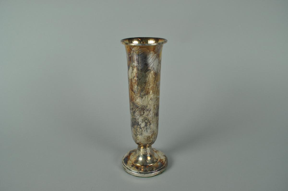 Blomstervase i sølvplett med filt under foten