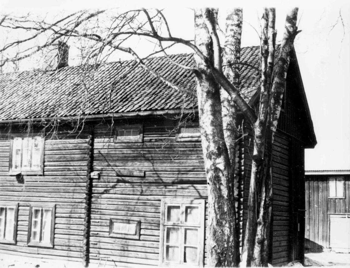 Repro: Stort tømret våningshus i to etasjer.