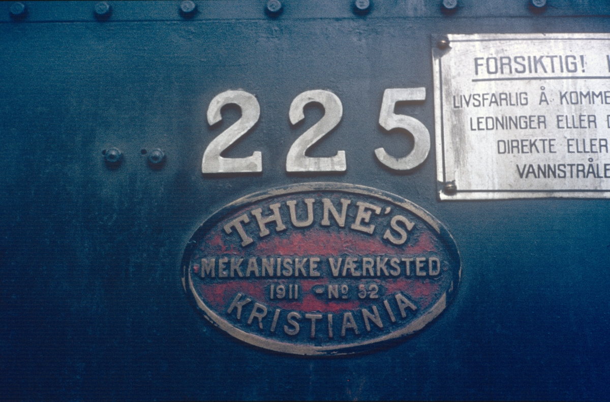 Nærbilde av fabrikkskilt på damplok 21b nr. 225.