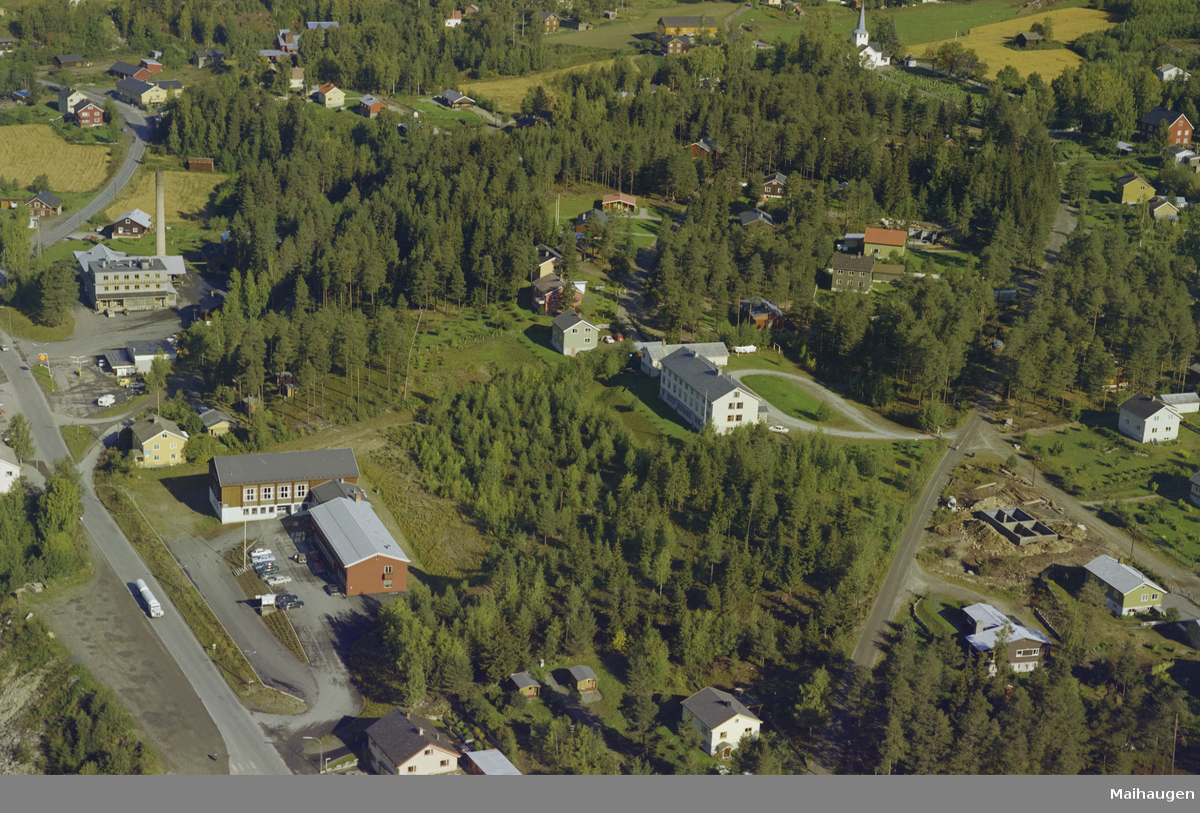 Øyer kommune, Tretten sentrum. Tretten ysteri bak og samfunnshuset foran. Til høyre er gamlehjemmet og helt bakerst ligger Tretten kirke