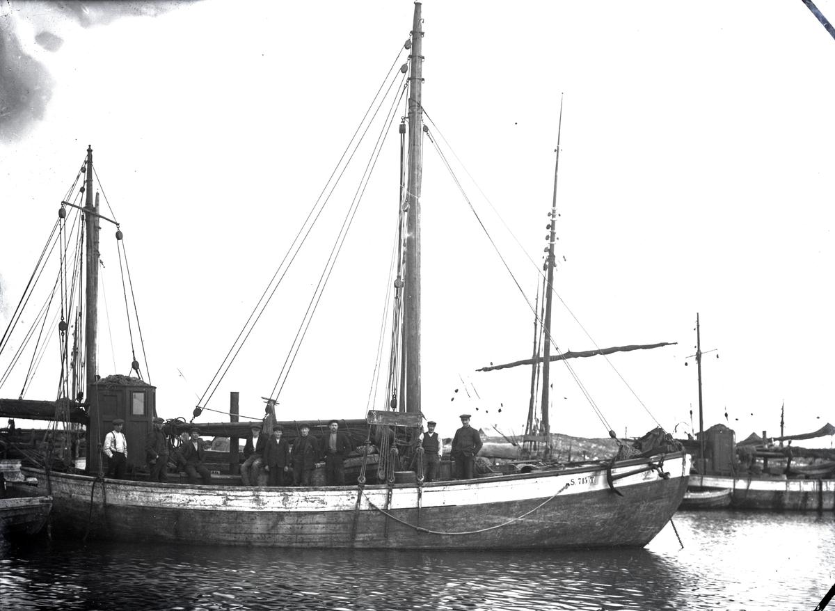 2 mastet fiskeskøyte i havn Reg. S.715T. - ni mann på dekk.