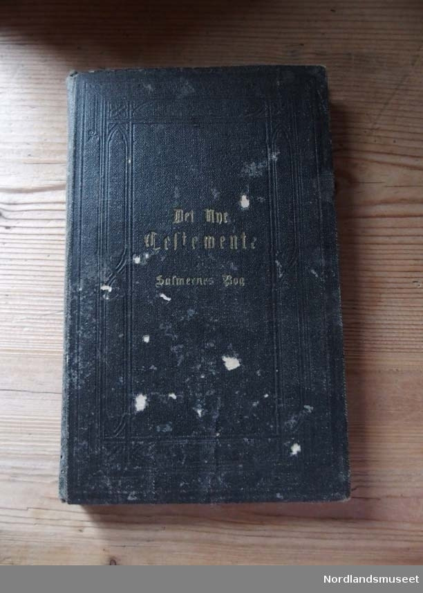 Svart bok med gullskrift